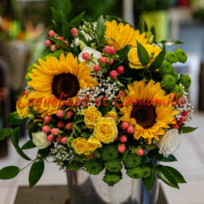 Composition de tournesols , roses branchues jaune , santini , hypericum , gypsophile
