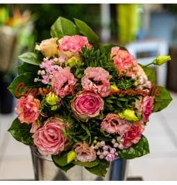 Compsition de roses roses , lysianthus , bouvardias , oeillets
