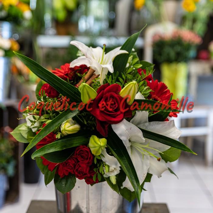 Un magnifique bouquet rond rouge et blanc d'une élégance parfaite.